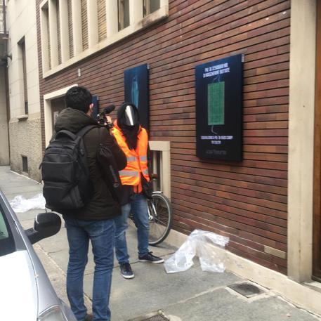 <span>Covid: inquinamento da mascherine, manifesti Banksy torinese</span><br> <span style='font-weight:400; font-size: 80%;'>Nuova iniziativa dello street artist piemontese</span>